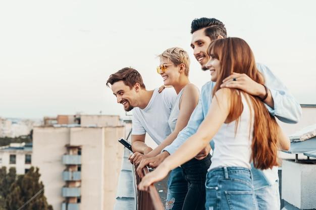 Группа друзей, наслаждаясь на открытом воздухе на крыше Бесплатные Фотографии