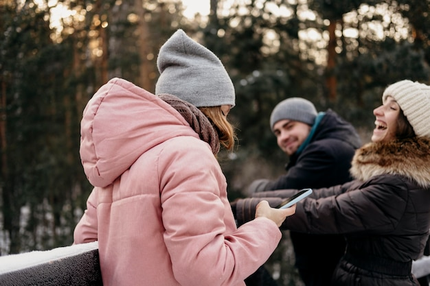冬に屋外で楽しんでいる友人のグループ 無料写真