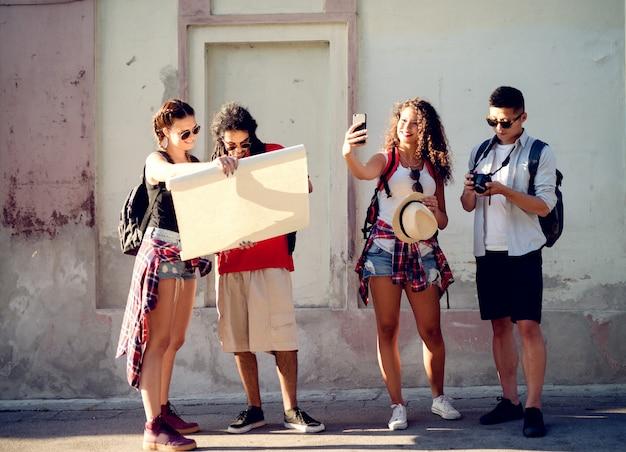 Группа друзей, путешествующих Premium Фотографии