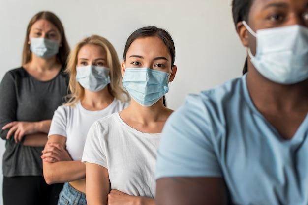 Группа друзей в масках для лица Бесплатные Фотографии