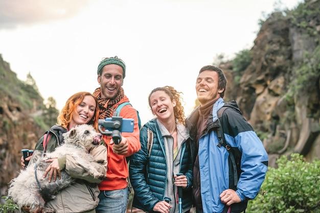 山でトレッキング遠足をしているバックパックと友人のグループ Premium写真