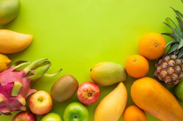 緑の空間の背景に果物のグループ Premium写真