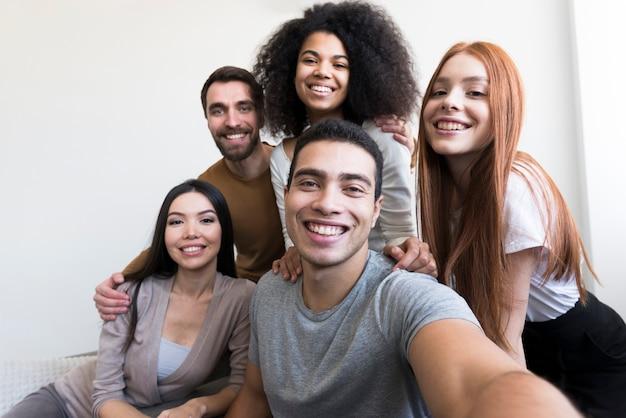 Selfieを取って幸せな若い人たちのグループ Premium写真