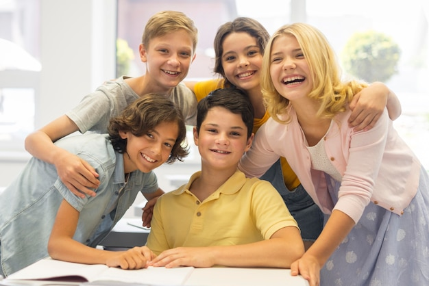 Группа детей в школе Бесплатные Фотографии