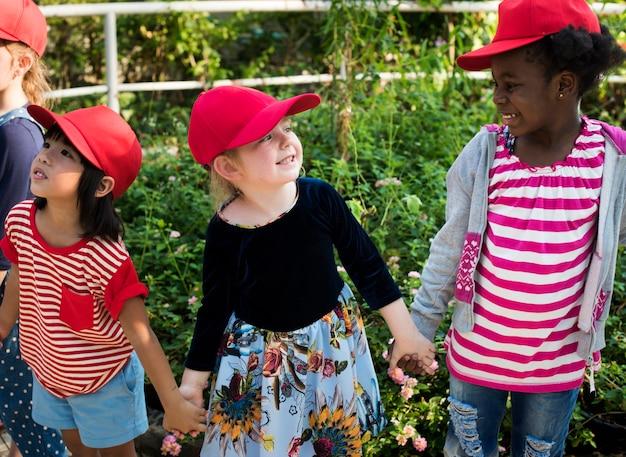 Группа детей школьных полевых поездок обучения на открытом воздухе ботанический парк Premium Фотографии