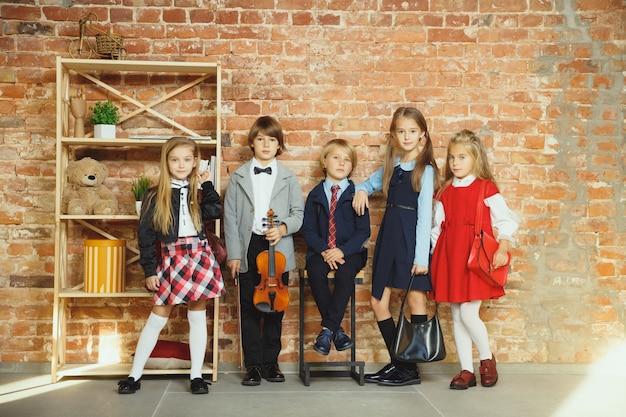 放課後一緒に時間を過ごす子供たちのグループ。 無料写真