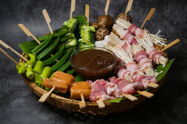 Группа барбекю на гриле (bbq) с сычуаньским перцем, острая и острая и вкусная уличная еда Premium Фотографии