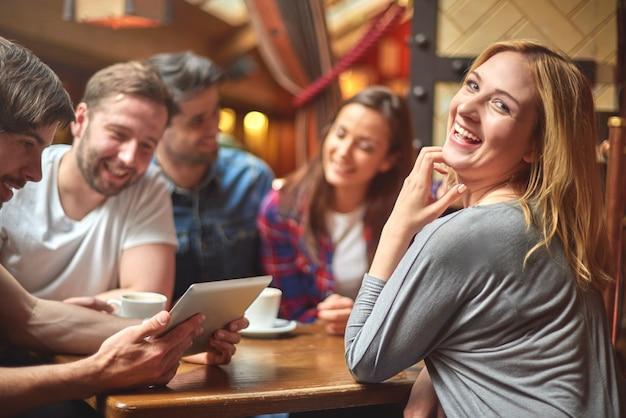 카페에서 휴식하는 사람들의 그룹 무료 사진