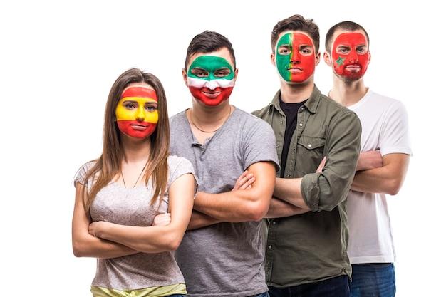 Группа сторонников болельщиков национальных сборных разрисовала лица флагов португалии, испании, марокко, ирана. поклонники эмоций. Бесплатные Фотографии