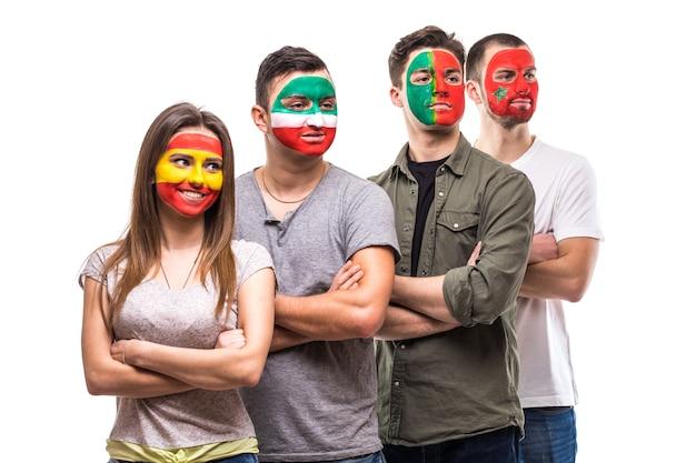Группа людей сторонников болельщиков национальных сборных с раскрашенным лицом флага португалии, испании, марокко, ирана. поклонники эмоций. Бесплатные Фотографии