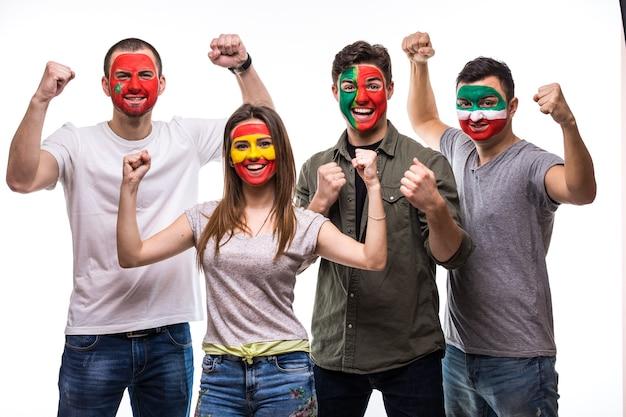 Группа людей сторонников болельщиков национальных сборных с раскрашенным лицом флага португалии, испании, марокко, ирана счастливы кричать на камеру. поклонники эмоций. Бесплатные Фотографии