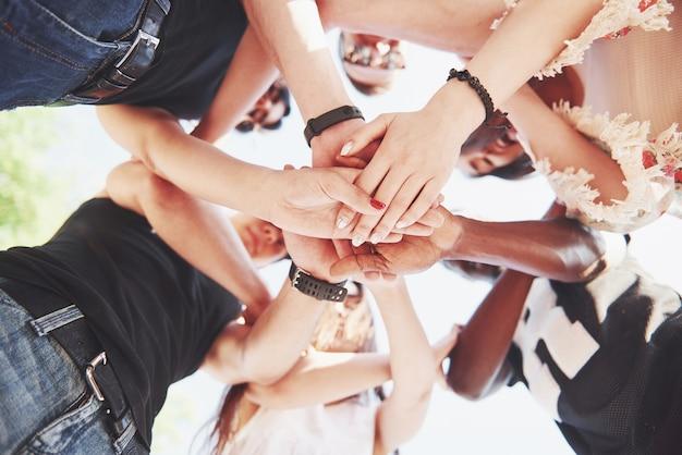 お互いを支える人々のグループ。チームワークと友情についての概念。 無料写真