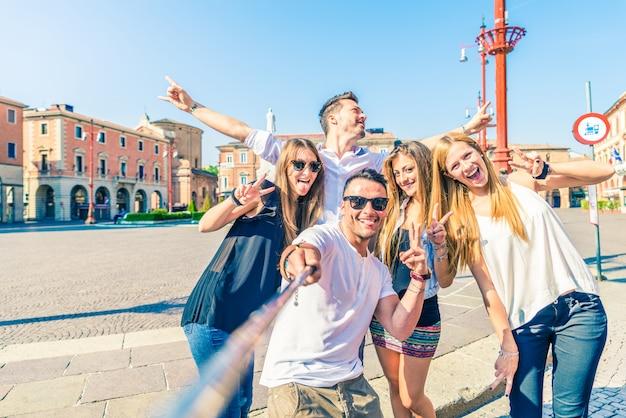 Selfieを取っている人々のグループ Premium写真