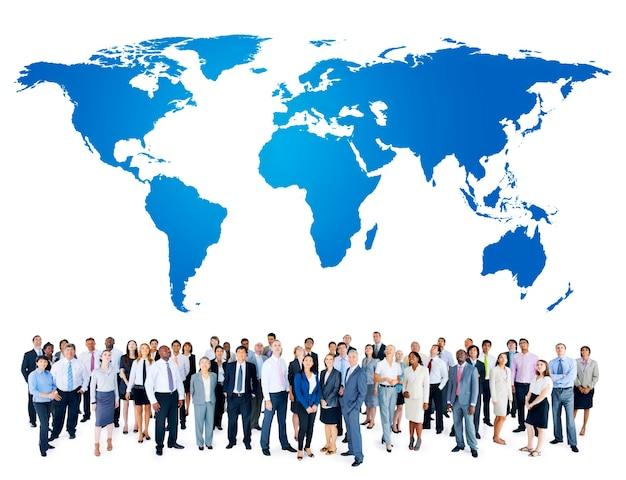 세계지도를 가진 사람들의 그룹 무료 사진