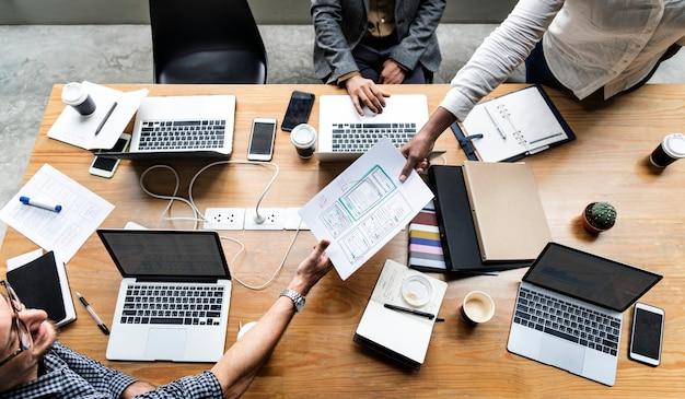 웹 사이트 템플릿을 작업하는 사람들의 그룹 무료 사진