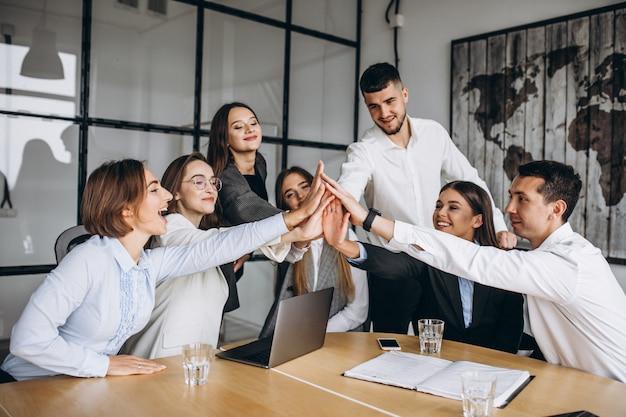 オフィスで事業計画を練る人々のグループ 無料写真