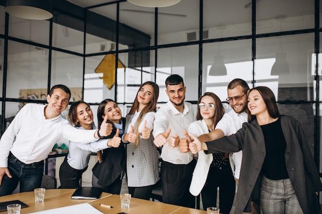 사무실에서 사업 계획을 운동하는 사람들의 그룹 무료 사진