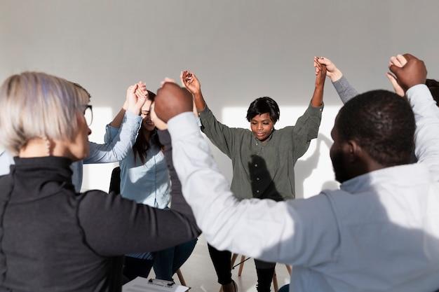 手を上げるリハビリ患者のグループ 無料写真