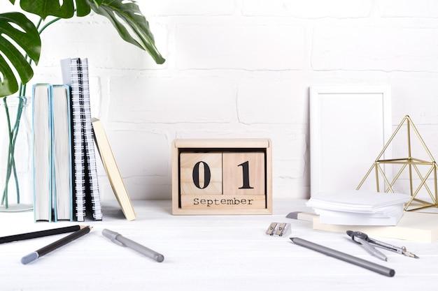Группа школьных принадлежностей и деревянный календарь Premium Фотографии