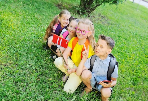 草の上に座っている小学生のグループ Premium写真