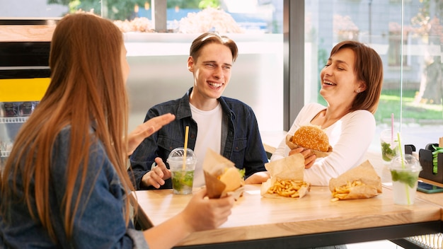 ファーストフード店の笑顔の友達のグループ 無料写真