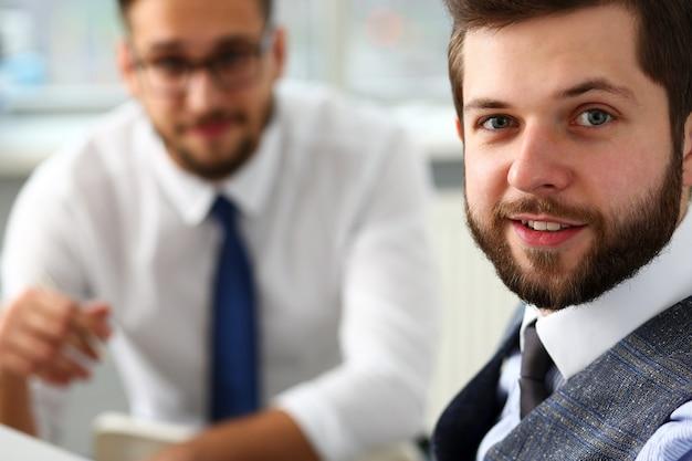 スーツとネクタイのひげを生やしたビジネスマンの笑顔のグループ Premium写真