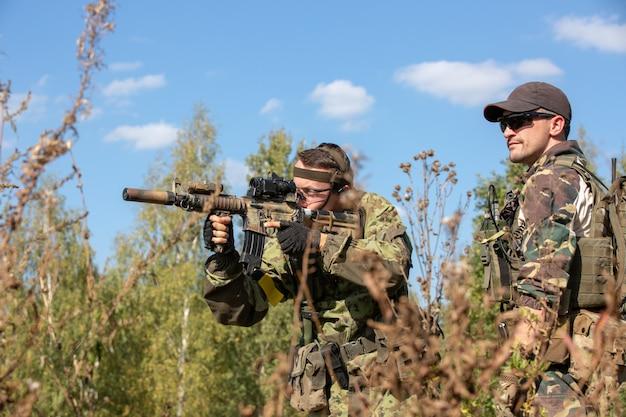 Группа солдат на открытом воздухе на учениях армии. война, армия, технологии и люди концепция Premium Фотографии