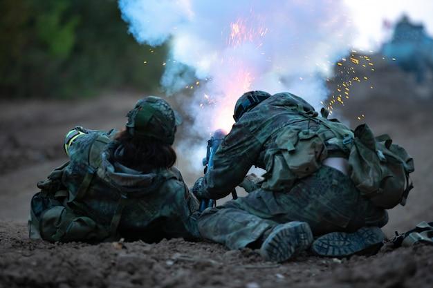 Группа солдат на открытом воздухе на учениях армии. Premium Фотографии