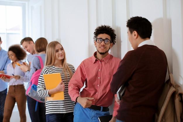 휴식 시간 동안 대학 홀에있는 학생들의 그룹 프리미엄 사진
