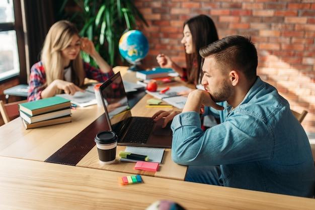 一緒にテーブルで勉強している学生のグループ Premium写真