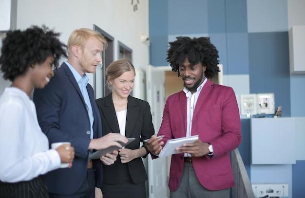 현대 사무실에서 비즈니스 회의를 갖는 성공적인 다양한 비즈니스 파트너 그룹 무료 사진