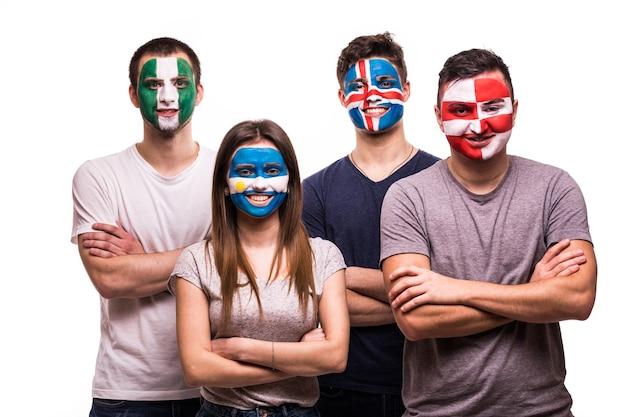 Группа болельщиков сборных аргентины, хорватии, исландии, нигерии с раскрашенным лицом, изолированные на белом фоне Бесплатные Фотографии
