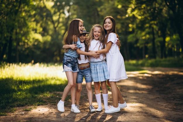 森林で楽しむ10代の女の子のグループ 無料写真