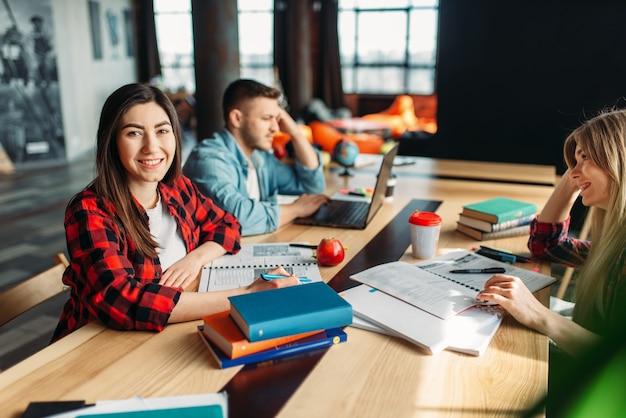 Группа студентов университета, сидящих за столом вместе. Premium Фотографии