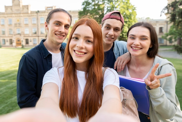 Группа студентов университета, принимая селфи Premium Фотографии
