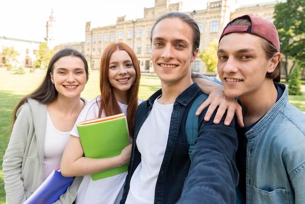 Группа студентов университета, принимая селфи Бесплатные Фотографии