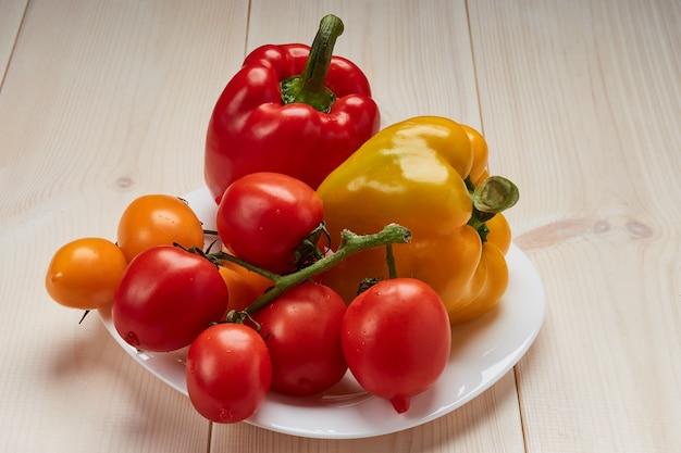 白い皿に野菜のグループ Premium写真