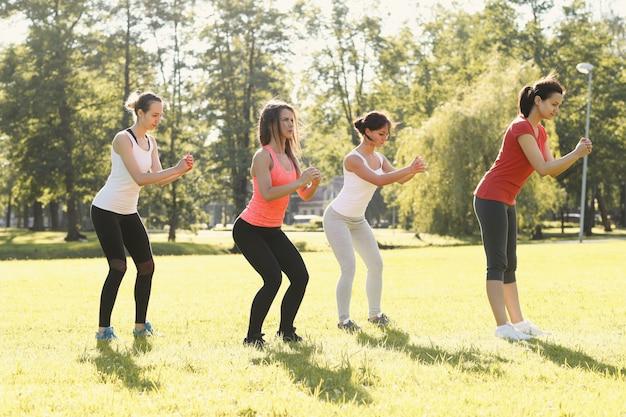 屋外スポーツをしている女性のグループ 無料写真