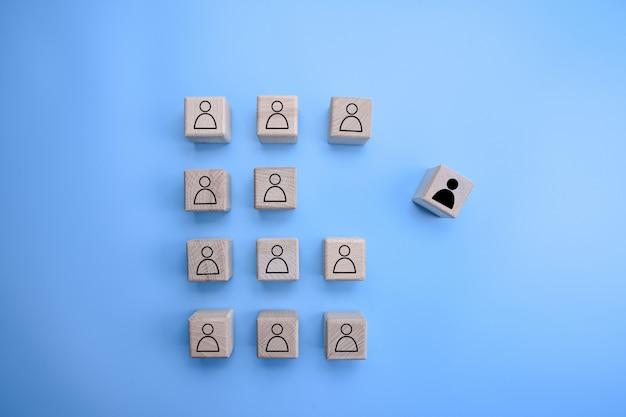 Группа деревянных кубиков с иконой человека на них с одним стоял из толпы Premium Фотографии