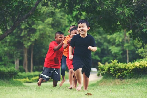 Группа молодых детей бег и игра в парке Бесплатные Фотографии