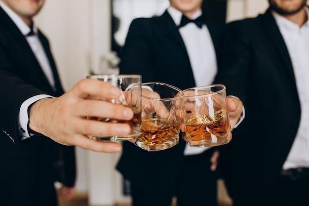 Group of peoeple drinking whiskey Free Photo