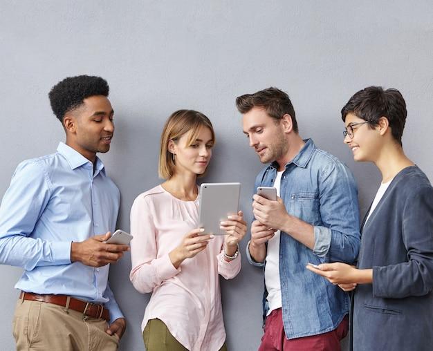 Gruppo di persone con smartphone e tablet Foto Gratuite