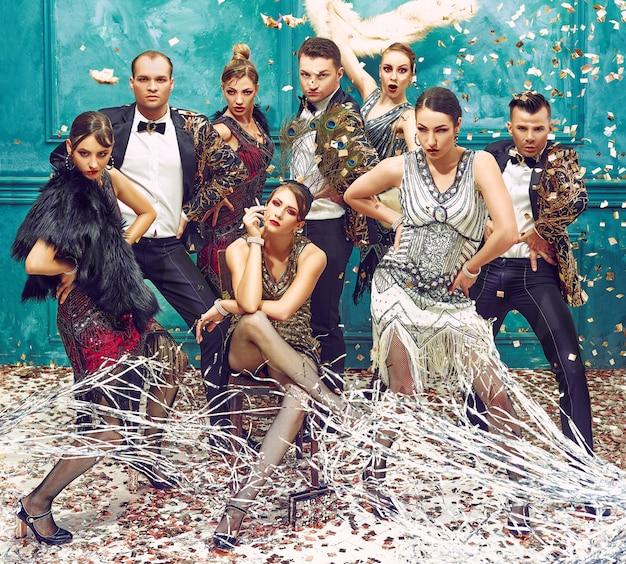Gruppo di ballerini retrò con coriandoli dorati Foto Gratuite