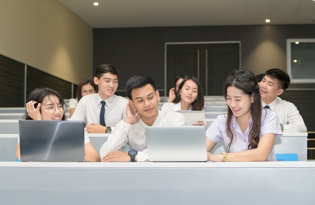 Group of students working with laptop Premium Photo