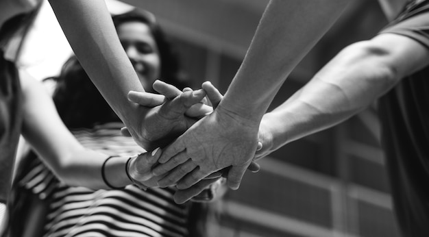 Gruppo di amici dell'adolescente su un concetto di lavoro di squadra e di unità del campo da pallacanestro Foto Gratuite