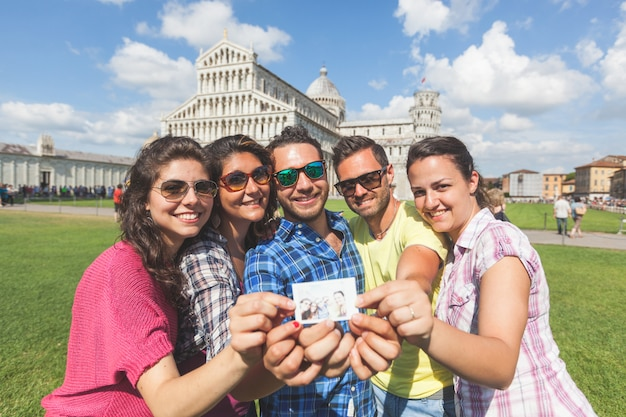 Group of tourists with their photo in pisa. Premium Photo