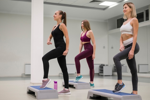 Group of women training together Free Photo