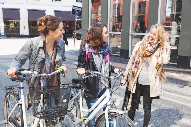 Group of women walking in copenhagen Premium Photo