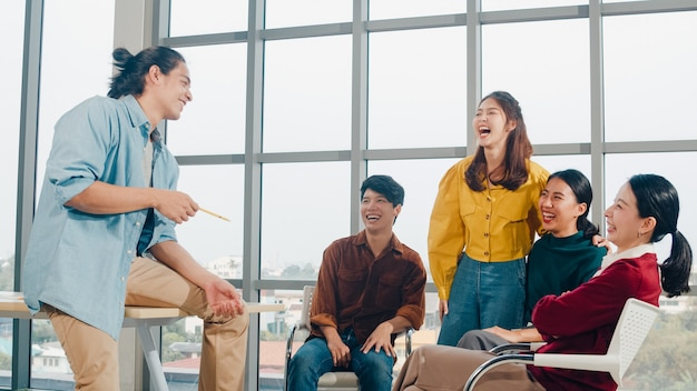 Group of young college students in smart casual wear on campus. friends brainstorming meeting talking and discussing work ideas new design project in modern office. coworker teamwork, startup concept. Free Photo