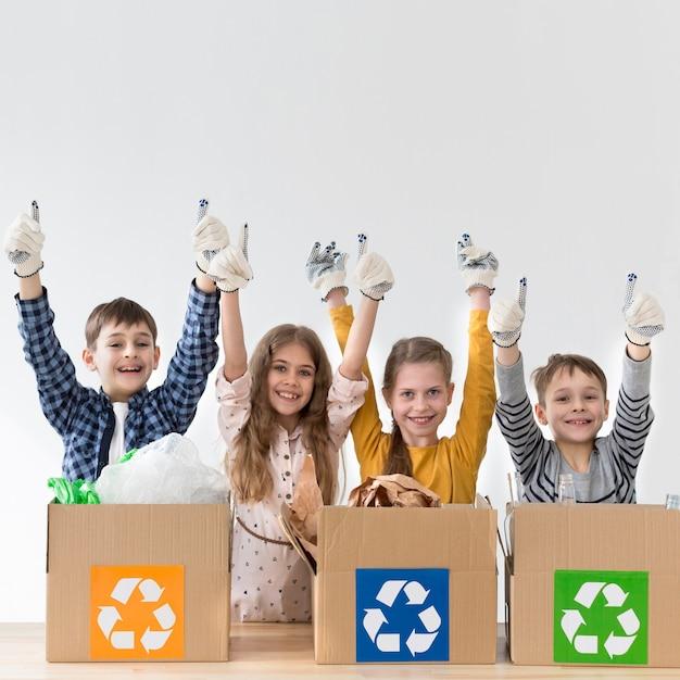Gruppo di ragazzini felici di riciclare Foto Gratuite